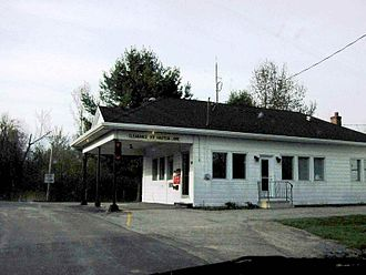 Jamieson Line Border Crossing - Canada Border Inspection Station at Jamieson Line as seen in 2001.  This building was closed and subsequently demolished in 2011.