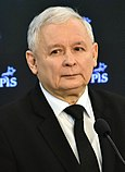 Ze względu na brak godła wszyscy na jego miejsce wstawiają zdjęcie majora Kaczyńskiego
