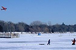 Mennesker flyver drage ved Lake Harriet, frussene og overtildækket med sne