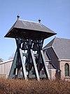 foto van Dubbele klokkenstoel bij kerk