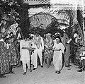 Koningin Juliana en prins Bernhard worden door twee Hindoestaanse schonen de pla, Bestanddeelnr 918-2936.jpg