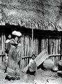 Kvinna med börda på huvud och rygg. Missionsstn. Cavinas, nära R.Beni, Bolivia - SMVK - 005047.tif