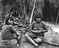 Kvinnor tugga algarobofrukter. Foto, Erland Nordenskiöld 1908 - SMVK - 004628.tif