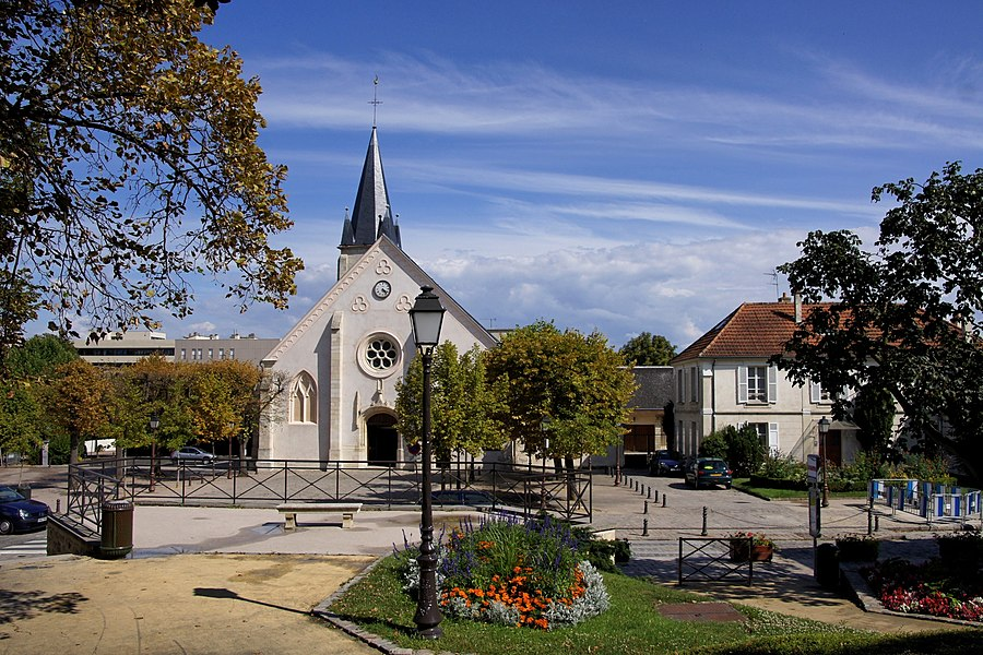 Eglise d'Antony (92) vue depuis le jardin de la Mairie .