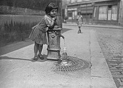 La chaleur à Paris, fillette prenant de l'eau à une borne-fontaine, 1921 - Gallica.jpg