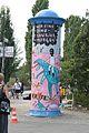 """Litfaßsäule bei """"Kunst braucht Fläche 2013"""" vor dem Mauerpark in Berlin.jpg"""