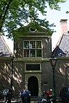 foto van Hof van Pieter Loridans. Ingangspaviljoen met regentenkamer en twaalf woninkjes