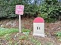 Luxembourg-Cessange borne N4 et panneau.jpg