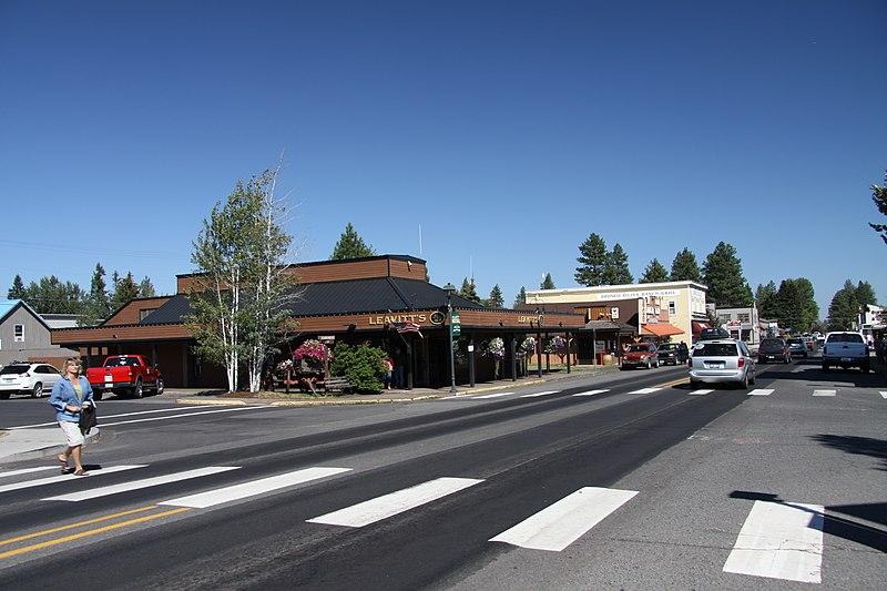 File:Main road in Sisters town, Oregon in 2011 (1).JPG