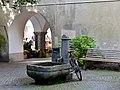 Marktplatz 4, daneben Brunnen, Feldkirch.JPG