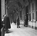 Mensen in de galerij van een oud klooster waar nu een postkantoor in gevestigd i, Bestanddeelnr 191-1346.jpg