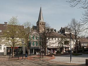 Mettmann - Image: Mettmann, toren van de Sankt Lambertuskirche in straatzicht Dm 70 foto 11 2014 03 30 12.02