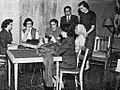 Mrs Sie with American students, Aneka Amerika 102 (1957), p18.jpg