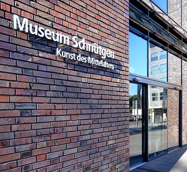 File:Museum Schnütgen - Schriftzug am Eingang (6925-27).jpg