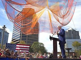 Janet Echelman - Bill Clinton in front of Where We Met, 2016