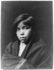 EDWARD SHERIFF CURTIS LE PHOTOGRAPHE DES AMÉRINDIENS 184px-Navajo_girl