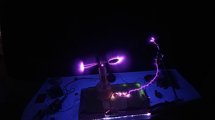 Corona discharge from a spoon attached to the high voltage terminal of a Tesla coil. Nje shkarkese korone ne nje luge.jpg