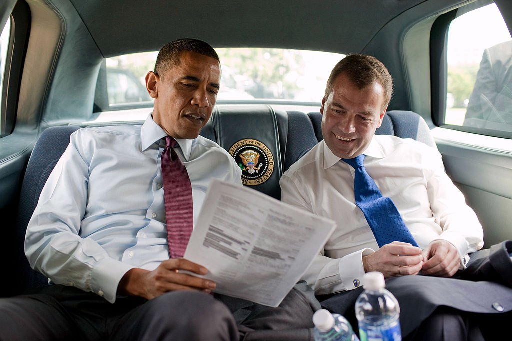 https://upload.wikimedia.org/wikipedia/commons/thumb/f/f5/Obama_and_Medvedev_look_at_the_menu.jpg/1024px-Obama_and_Medvedev_look_at_the_menu.jpg