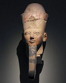 La regina nelle vesti di Osiride