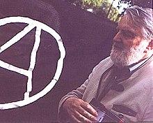 Osvaldo Bayer junto a unabandera anarquistaen 2003.