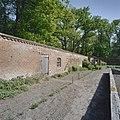 Overzicht fruitmuur met ingebouwd schuurtje, moestuinzijde - Vogelenzang - 20406314 - RCE.jpg