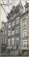 foto van Huis met gevel onder verhoogde lijst en gebeeldhouwde attiek