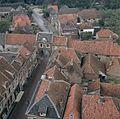 Overzicht vanaf de kerktoren naar het westen met stadspoort - Buren - 20375172 - RCE.jpg