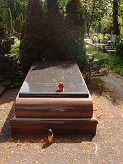 Grób Wojciecha Jerzego Hasa na Cmentarzu Komunalnym na Dołach w Łodzi 21 maja 2007