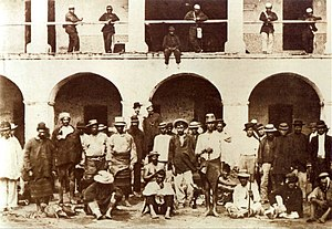 Paraguayan POW and Brazilian soldiers.jpg