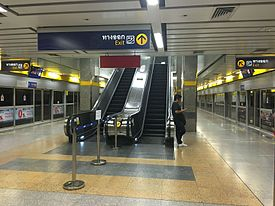 Phahon Yothin MRT Station platforms (2).jpg