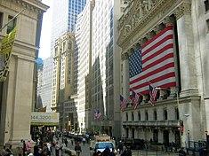DIe New York Stock Exchange an der Wall Street ist die weltgrößte Börse gemessen an der Marktkapitalisierung der an ihr gelisteten Unternehmen.[107]