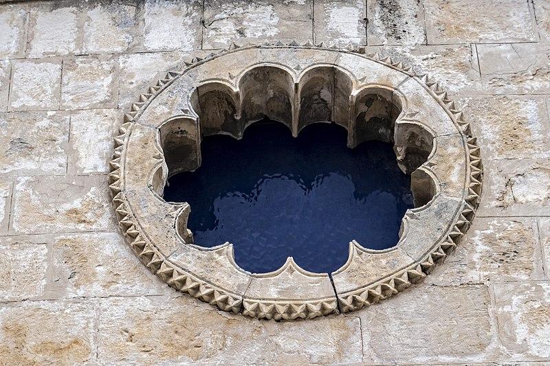 """חלון מסוגנן בבית הכנסת האר""""י בצפת"""