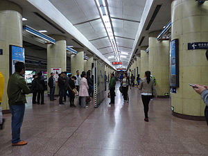 Platform of Jishuitan Station (20140329091522).jpg