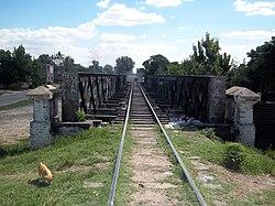 Puente del FCGB sobre arroyo entubado en Villa Fiorito (2).JPG