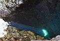 Raig de llum i peixos a l'interior de la cova dels Arcs.JPG