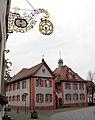 Rathaus in Riegel mit Wirtshausschild des Stammhauses der Riegeler Brauerei.jpg