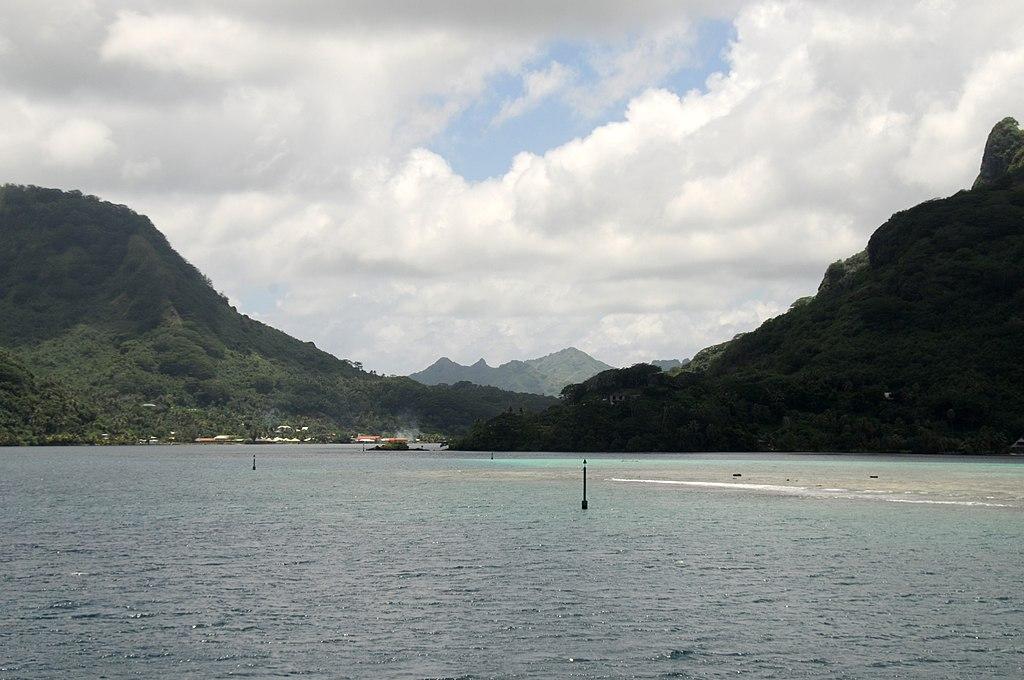 Reef entrance to Huahine, Tahiti - panoramio.jpg