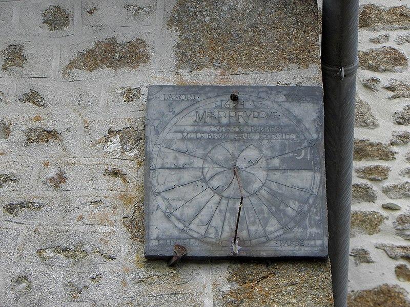 Église Saint-Pierre de Rennes-en-Grenouilles (53). Cadran solaire.