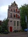 foto van Huis in jaarankers gedateerd 1612, met in- en uitgezwenkte topgevel bekroond door vijf pilasters, die gedekt zijn door geprofileerde natuurstenen platen. In mei 2012 kreeg het pand de naamHuys Ricmode.