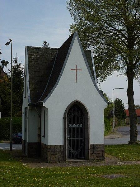 Roosteren (Echt-Susteren) St.Antoniuskapel bij kerk, deel uitmakend van trafohuisje