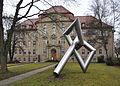 Rottweil Skulptur Erich Hauser vor Gerichtsgebäude.jpg