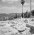 Ruines van een synagoge met op de achtergrond tegen de heuvel huizen van het nie, Bestanddeelnr 255-2603.jpg