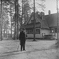 Säveltäjä lähdössä kävelylle keväisenä päivänä valkovuokkojen kukkiessa. Jean Sibelius, 1940-1945, (D2005 167 6 91) Suomen valokuvataiteen museo.jpg