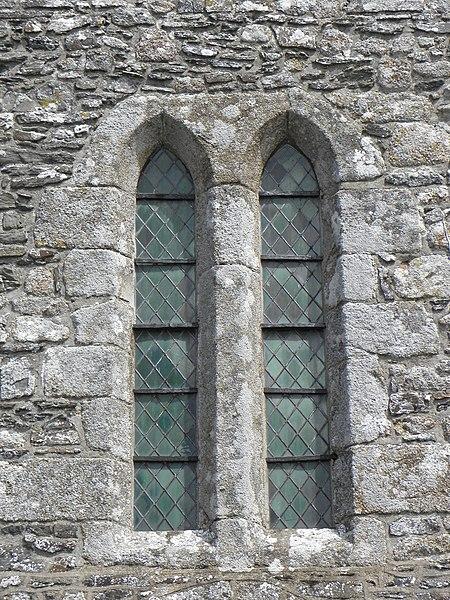 Extérieur de l'église Saint-Georges de Saint-Georges-de-Gréhaigne (35). Façade occidentale.  Fenêtres géminées.