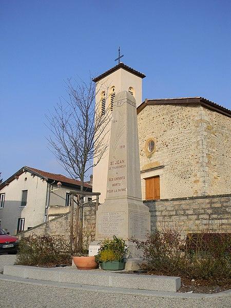 Église et monument aux morts à Saint-Jean-de-Thurigneux.