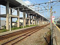 Sanyo Shinkansen from platform of Nishi-Kokura Station (east).JPG