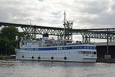 Schleswig-Holstein, Hochdonn, Fähranleger am N-O-Kanal; das Motorschiff Brahe lag dort als Hotelschiff für Wacken Open Air 2015 NIK 5427.jpg