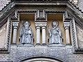 Smíchov, kostel sv. Gabriela, sochy nad vstupem.jpg