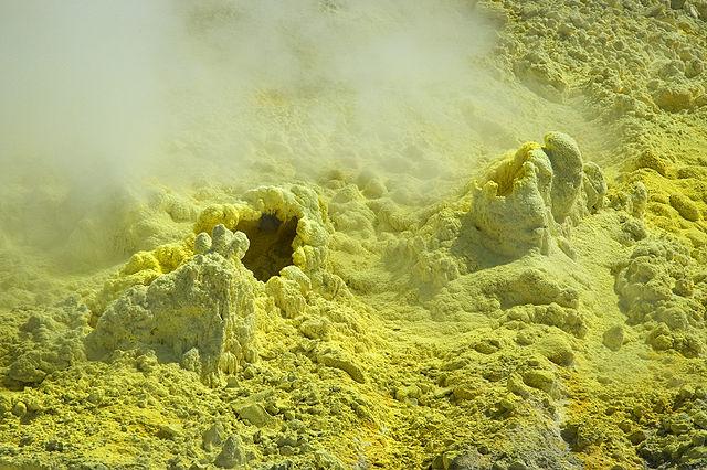 Síra na horninách v okolí sopiek