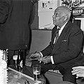 Sydney Bechet tekent grammofoonplaten bij Discotone eigenaar Hank van Leer L. , Bestanddeelnr 908-0492.jpg